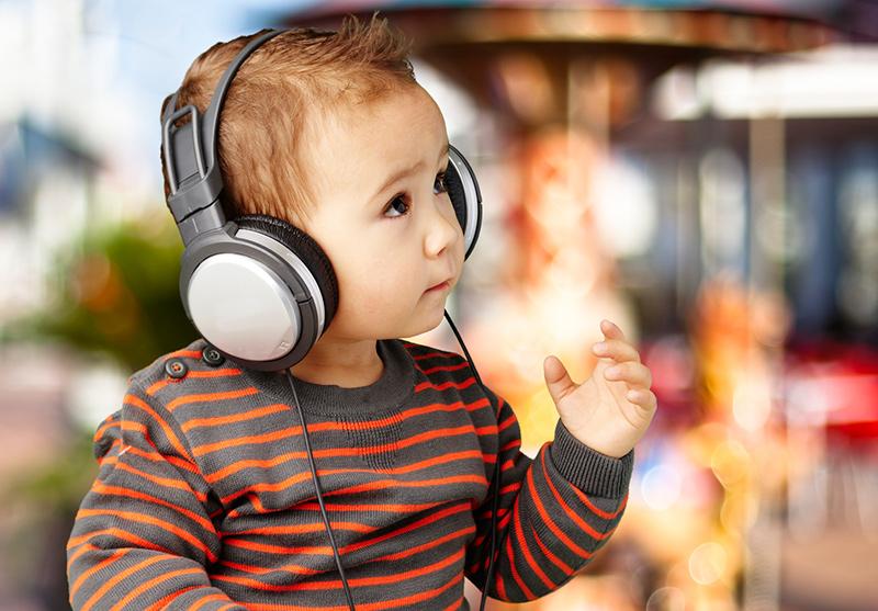 Âm nhạc có tác dụng lớn đối với trẻ sơ sinh, đặc biệt trong việc tăng kỹ năng ngôn ngữ. Ảnh: Woombie