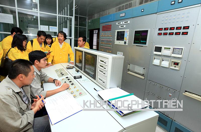 Nhân lực là yếu tố quan trọng để đảm bảo an toàn lò phản ứng hạt nhân. (Trong ảnh: Các cán bộ kỹ thuật điều khiển hệ thống tại lò phản ứng hạt nhân Đà lạt). Ảnh: Anh Tuấn