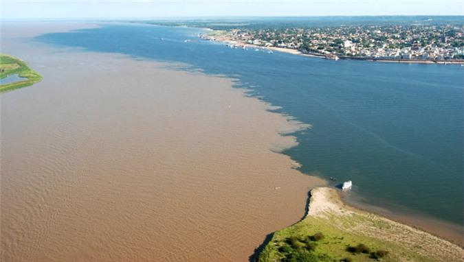 Khu vực nước bên trái là nước sông và bên phải là nước biển.