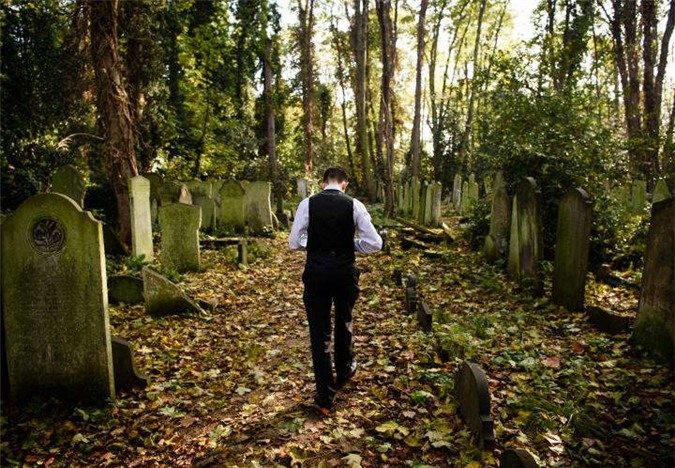 Graham mắc hội chứng xác chết biết đi trong 9 năm, thường xuyên đến nghĩa trang vì nghĩ nơi đó hợp với mình