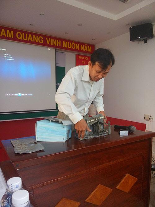 Anh Nguyễn Đình Phương giới thiệu về chiếc bẫy bắt chuột tự động