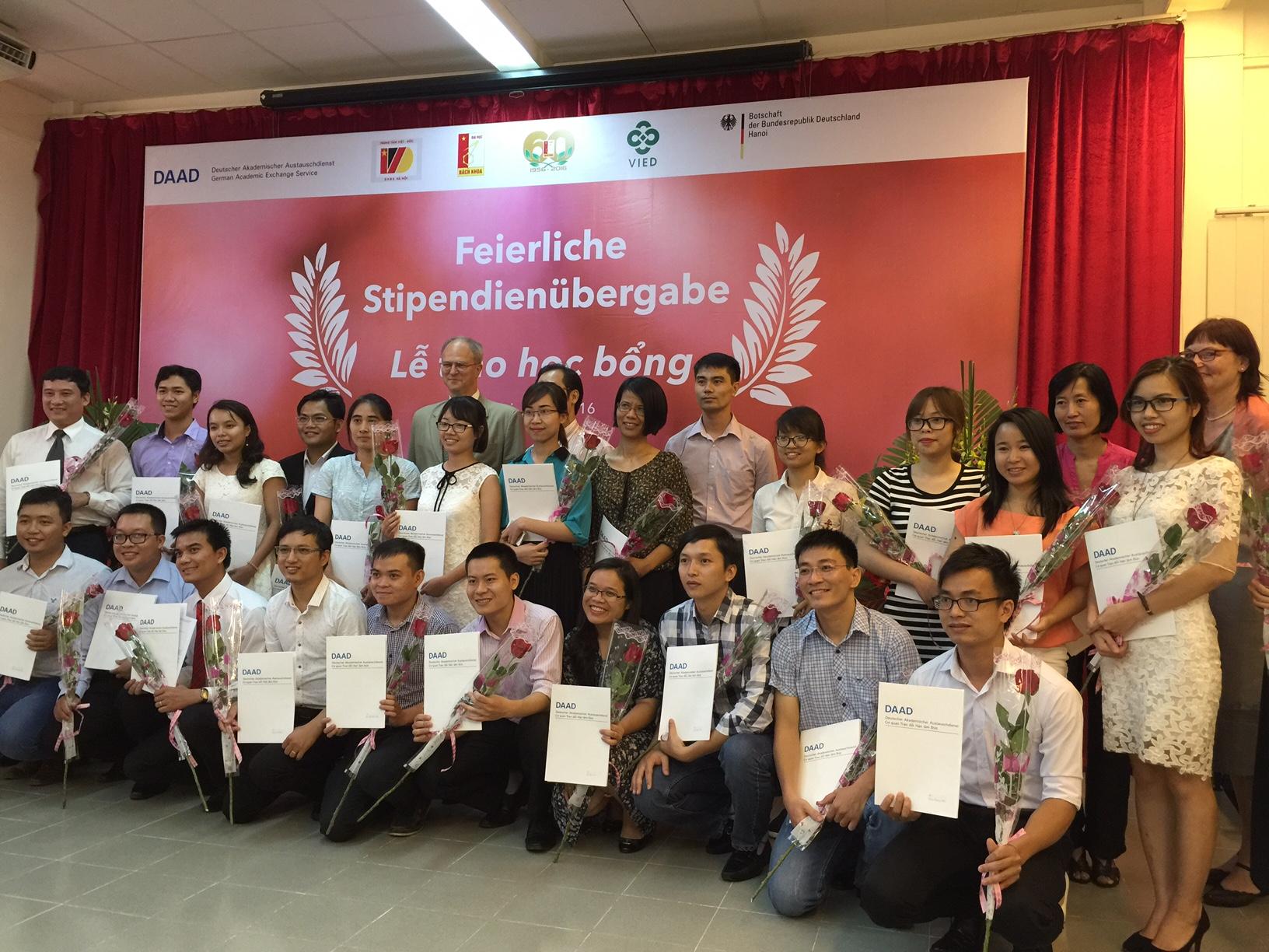 Sinh viên và các nhà khoa học nhận được học bổng DAAD chụp ảnh chung với ông đại sứ. Ảnh: Hòa An
