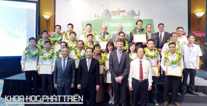 """Lãnh đạo Bộ Khoa học và Công nghệ, Bộ Tài nguyên Môi trường, đại diện """"Trung tâm Đổi mới sáng tạo ứng phó với biến đổi khí hậu Việt Nam chụp ảnh chung với 19 nhóm nhận giải. Ảnh: Trung Hiền."""
