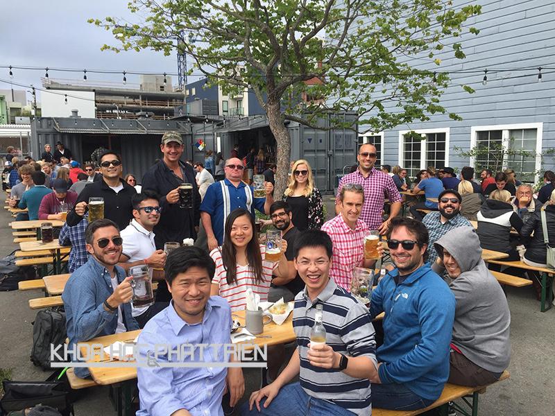 CEO Trần Việt Hùng (ngồi giữa, hàng đầu) và các nhân viên của GotIt! tại Mỹ. Ảnh: NV