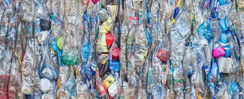 rung bình cứ mỗi phút, tám tấn rác nhựa được thải ra hằng năm. Ảnh: NanD_PhanuwatTH/Shutterstock.com