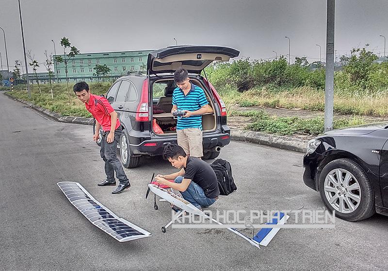 Đo đạc thông số năng lượng cho máy bay Solar UAV. Ảnh do Đại học Bách khoa cung cấp