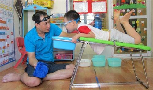 Anh Cường hướng dẫn học sinh hít thở ngập lặn dưới nước trên thiết bị do chính anh tạo ra.