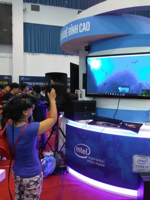 Game thủ đang trải nghiệm game 4K sống động như thật nhờ Bộ vi xử lý IntelⓇ Core™ i7 Extreme Edition tại triển lãm Extreme PC Master Expo sáng ngày 25/6.