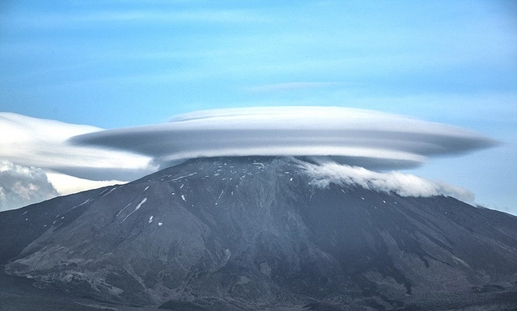 Đám mây hình đĩa khổng lồ trên núi Etna.