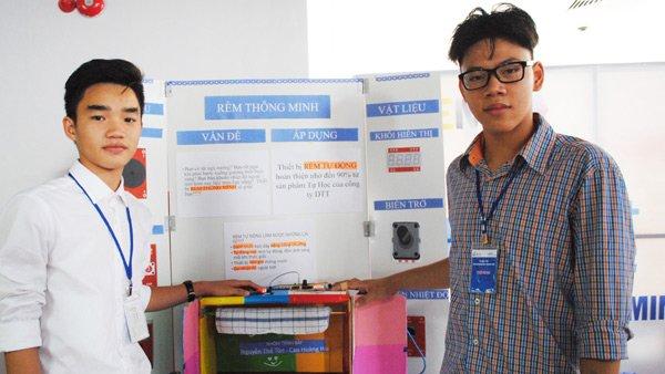 Hải và Tôn (từ trái sang) bên mô hình sản phẩm Rèm tự động thông minh.