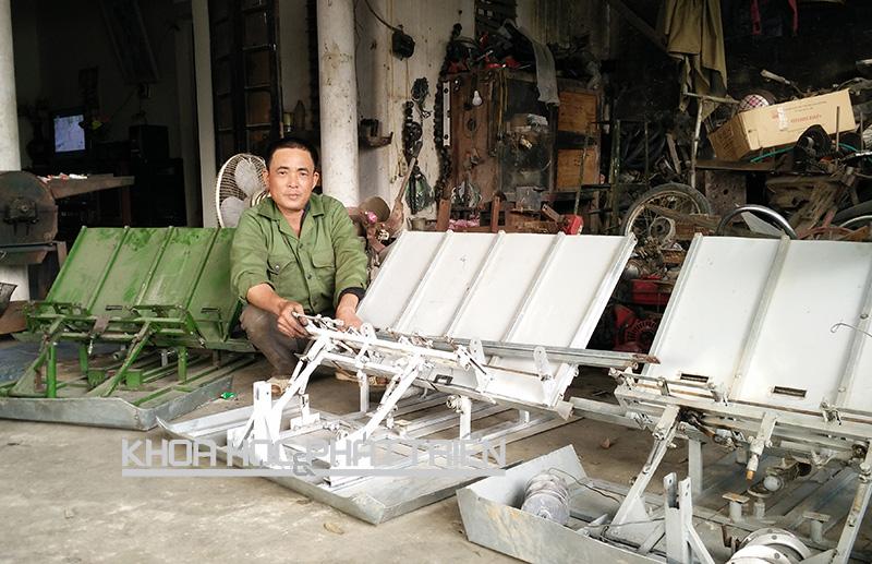 Ông Vũ Văn Dung bên chiếc máy cấy không động cơ tự sáng chế. Ảnh: Mạnh Hải