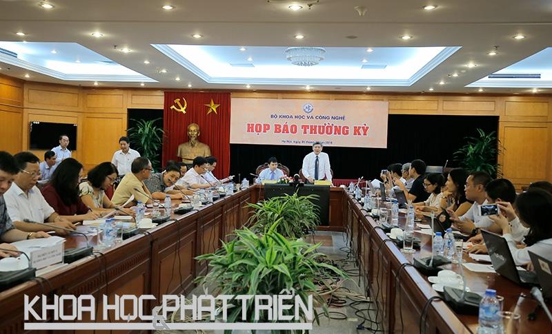 Thứ trưởng Bộ Khoa học và Công nghệ Phạm Công Tạc chủ trì buổi họp báo. Ảnh: Loan Lê.