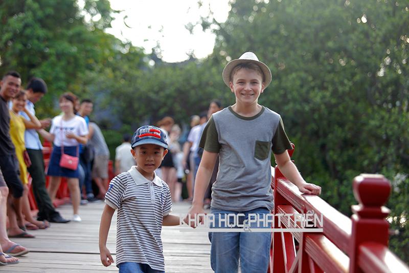 Trẻ em Việt Nam không cao nổi vì học nhiều