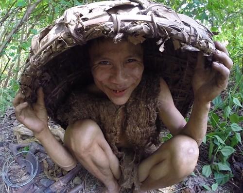 Hồ Văn Lang, 44 tuổi cùng cha là Hồ Văn Thanh, 85 tuổi, đã có 41 năm sống trong rừng sâu ở huyện Tây Trà, tỉnh Quảng Ngãi.