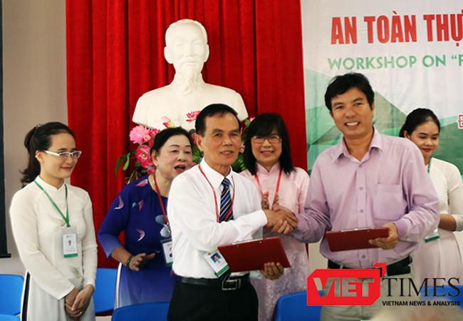 Hội đồng khoa học Trường ĐH Đông Á (Đà Nẵng)ký kết thỏa thuận chuyển giao công nghệ sản xuất nước mắm sạch cho làng nghề nước mắm Tam Thanh (Quảng Nam).