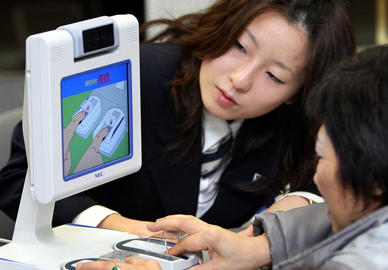 Một du khách đăng ký vân tay tại sân bay quốc tế Narita, thành phố Chiba, Nhật Bản. Ảnh: Capx