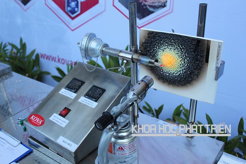 Vật liệu phủ sơn chống cháy Kova được đốt thử nghiệm, đạt tiêu chuẩn bảo vệ lên đến 4-6 giờ. Ảnh: Ngọc Hà