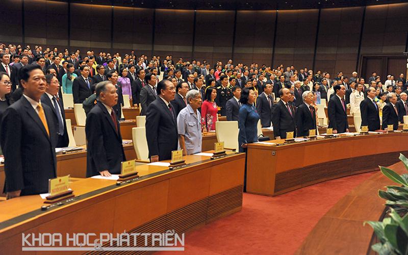 Các lãnh đạo, nguyên lãnh đạo Đảng, Nhà nước, Quốc hội, Chính phủ thực hiện nghi lễ chào cờ tại phiên khai mạc Quốc hội sáng 20/7. Ảnh: Hồ Như.