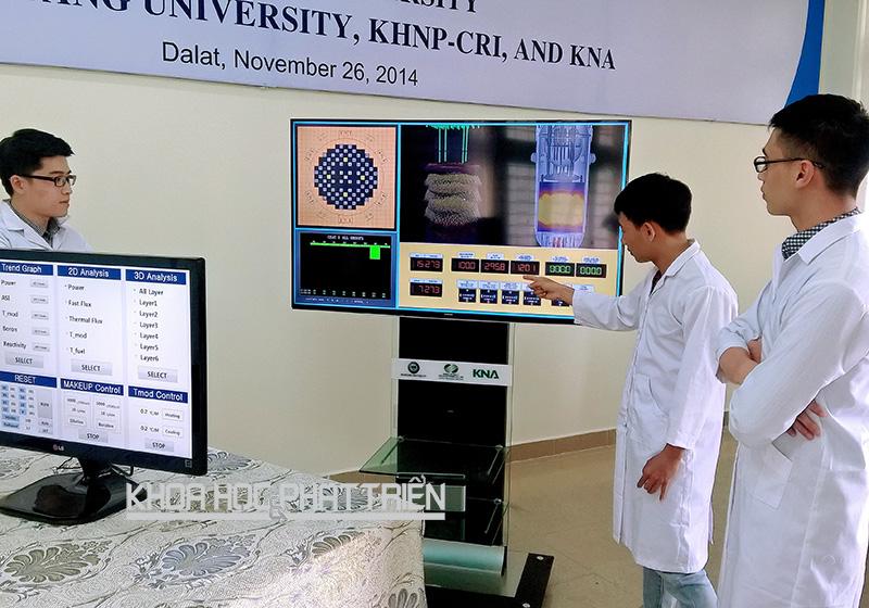 Sinh viên Đại học Đà Lạt thực hành với hệ thống mô phỏng lò phản ứng hạt nhân OPR 1000 Core Simulator. Ảnh: Trung Nguyên