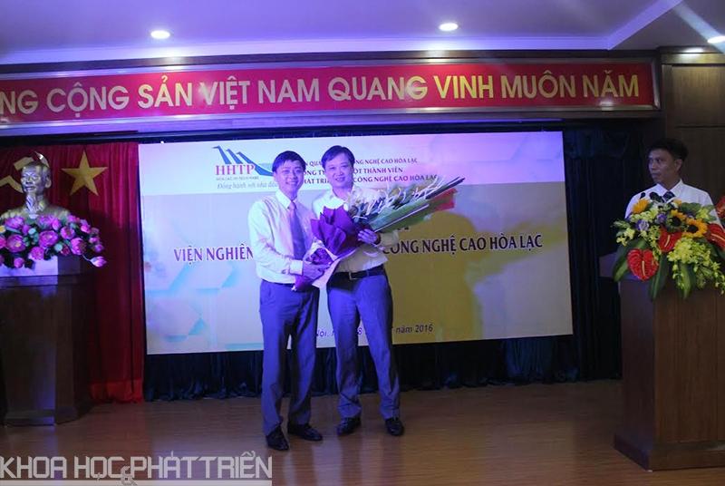 . Ông Lê Ngọc Anh PGĐ Sở KH&CN Hà Nội lên tặng hoa và chức mừng Lãnh đạo Viện