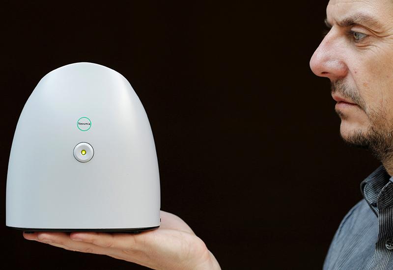 Thiết bị ngửi điện tử NeOse Tristan Roussele - G được Công ty Aryballe Technologies giới thiệu hồi tháng 4. Ảnh: Reuters