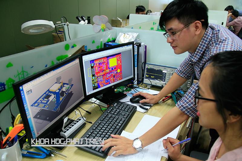 Nhân viên thiết kế và kỹ sư phần cứng của Công ty An An trao đổi về việc thiết kế một sản phẩm. Ảnh: Huy Ba