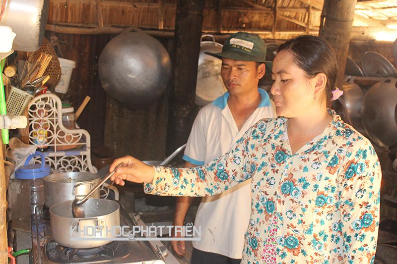 Một hộ dân đun nấu bằng năng lượng biogas từ lục bình. Ảnh: LA