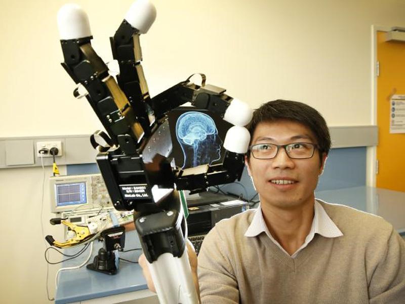 Phó giáo sư Denny Oetomo bên cánh tay nguyên mẫu