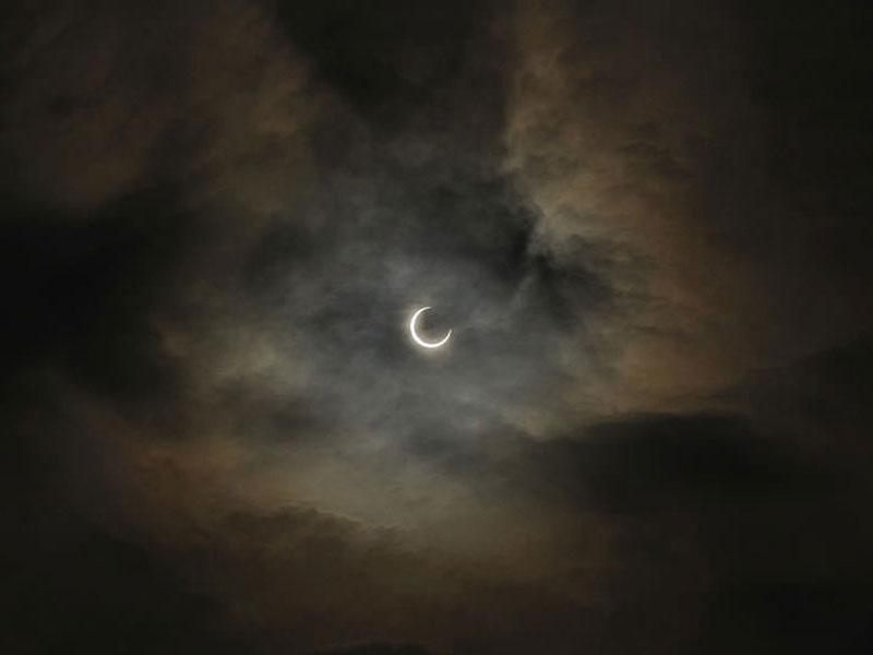 Nhật thực toàn phần – Hiện tượng Mặt Trăng che kín hoàn toàn Mặt Trời trong một khoảng thời gian ngắn
