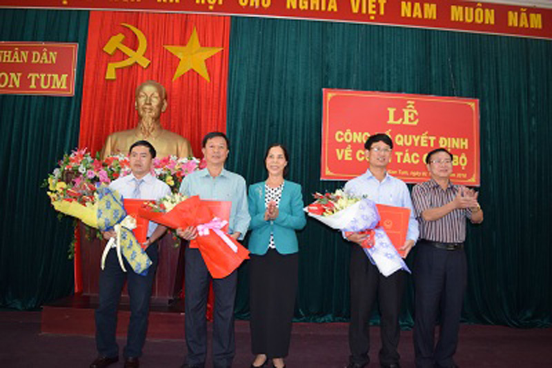 Lãnh đạo tỉnh Kon Tum trao quyết định cho Ban quản lý Khu nông nghiệp ứng dụng công nghệ cao Măng Đen. Ảnh: VGP/Dương Nương