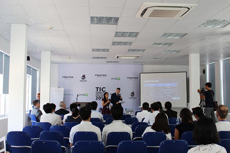 Các đội thi nhận thông tin về sáng chế và bản vẽ gợi ý từ Ban tổ chức