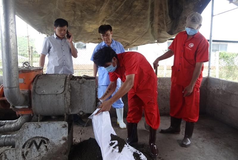 Vận hành máy ép tách phân tại trại Xuân Bắc 5... Đọc thêm tại: http://nongnghiep.vn/may-ep-tach-phan-giai-quyet-moi-truong-chan-nuoi-heo-post174085.html   NongNghiep.vn