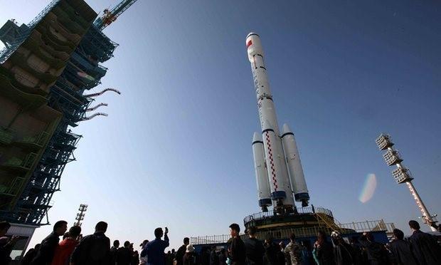 Tên lửa Long March 2-F cùng trạm không gian Tiangong-1 trước khi được phóng lên vũ trụ. Ảnh: STR.