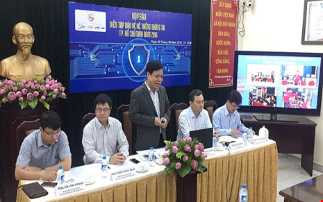Ông Lê Quốc Cường, Phó Giám đốc Sở TT&TT (đứng).