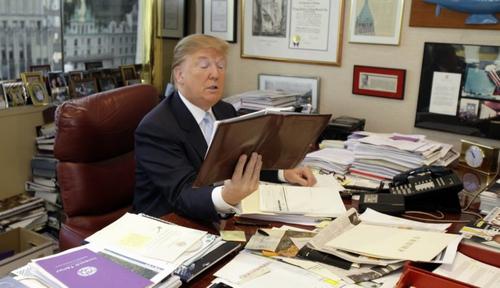 Donald Trump thích làm việc với giấy tờ hơn là thiết bị công nghệ.
