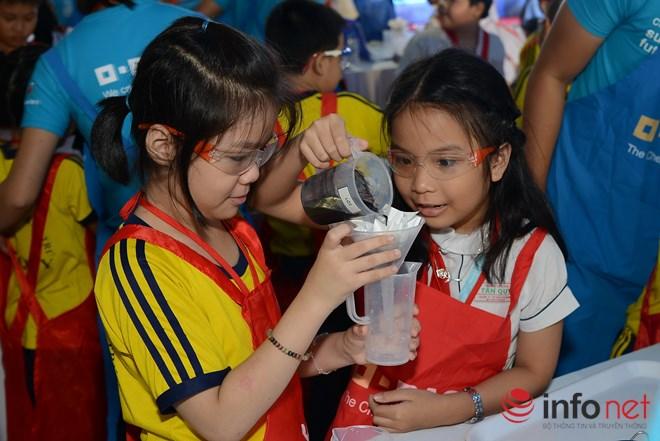 Các học sinh thực hiện thí nghiệm lọc nước