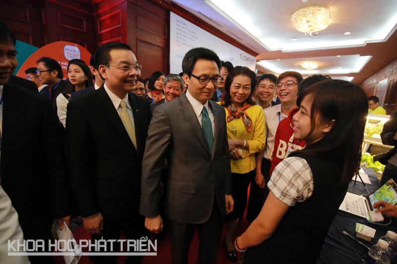 8h - Phó thủ tướng Vũ Đức Đam đã đến sự kiện. Ngay sau đó ông và Bộ trưởng Bộ KH&CN Chu Ngọc Anh đã tham quan tại một số gian hàng của các starup.