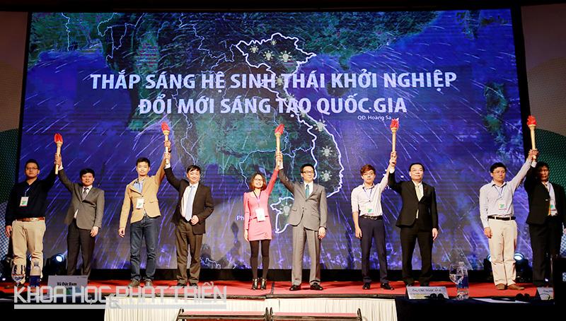 Phó Thủ tướng Vũ Đức Đam, Bộ trưởng Chu Ngọc Anh cùng lãnh đạo các thành phố nâng cao ngọn đuốc, tiếp lửa cho phong trào khởi nghiệp đổi mới sáng tạo Việt Nam ngày càng phát triển.