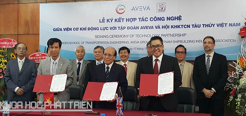 PGS-TS Phạm Minh Tuấn - Viện trưởng Viện Cơ khí động lực (ĐHBK Hà Nội) và KS Hoàng Hùng - Phó Chủ tịch Hội KHKT công nghiệp tàu thủy và ông David Toh - đại diện AVEVA (từ trái qua) cùng ký kết hợp tác