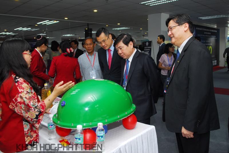 Lãnh đạo UBND Tp.HCM, Bộ KH&CN tham quan các sản phẩm liên quan đến công nghệ nano do các doanh nghiệp Việt nghiên cứu, sản xuất