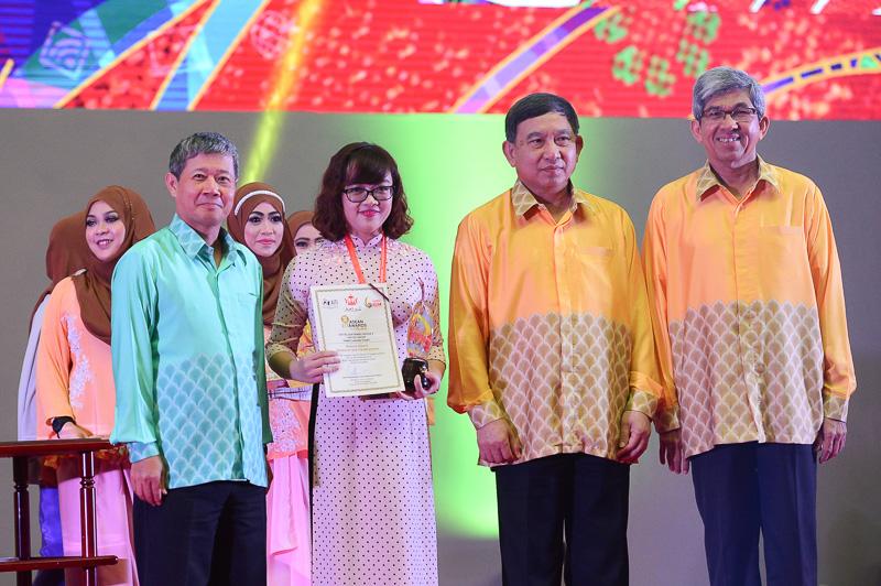 Đại diện Viettel nhận giải thưởng từ Ban tổ chức