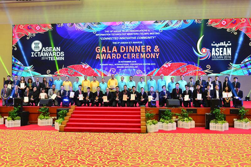 Bộ trưởng các nước Asean chụp ảnh lưu niệm với tất cả các Doanh nghiệp đạt giải
