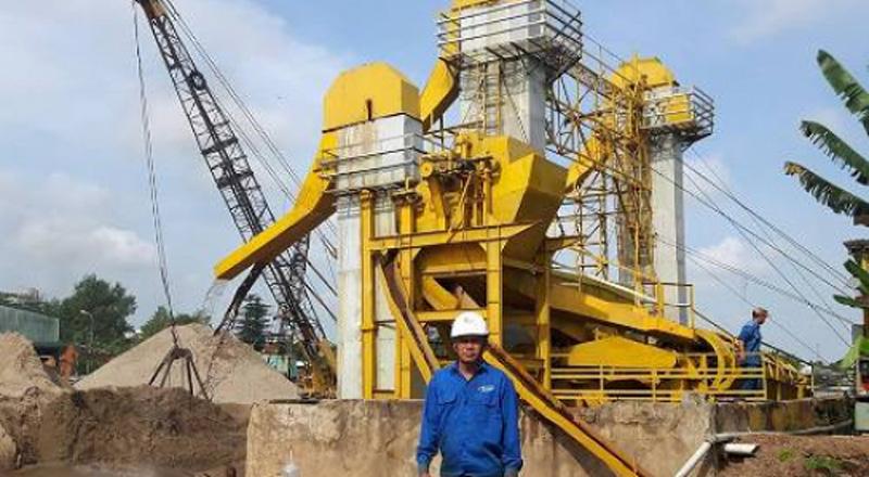 Tác giả Võ Tấn Dũng tại nhà máy chế biến cát.