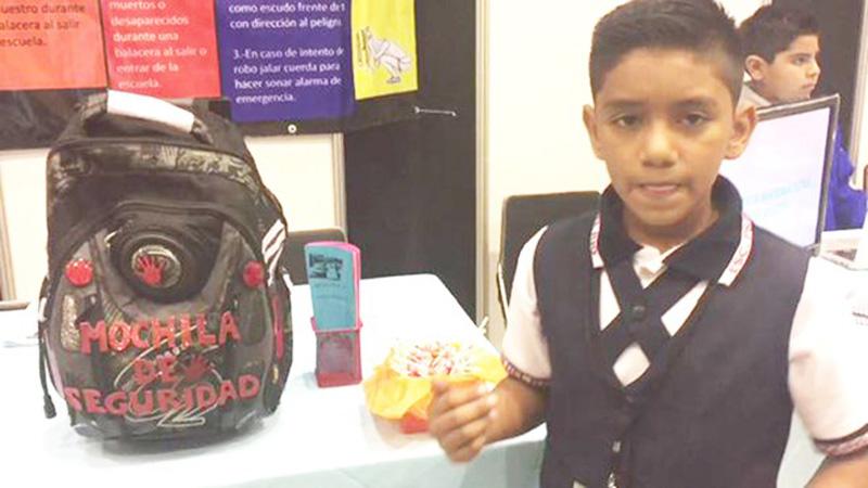 Juan David Hernandez giới thiệu sản phẩm ba lô chống đạn tại hội chợ khoa học.