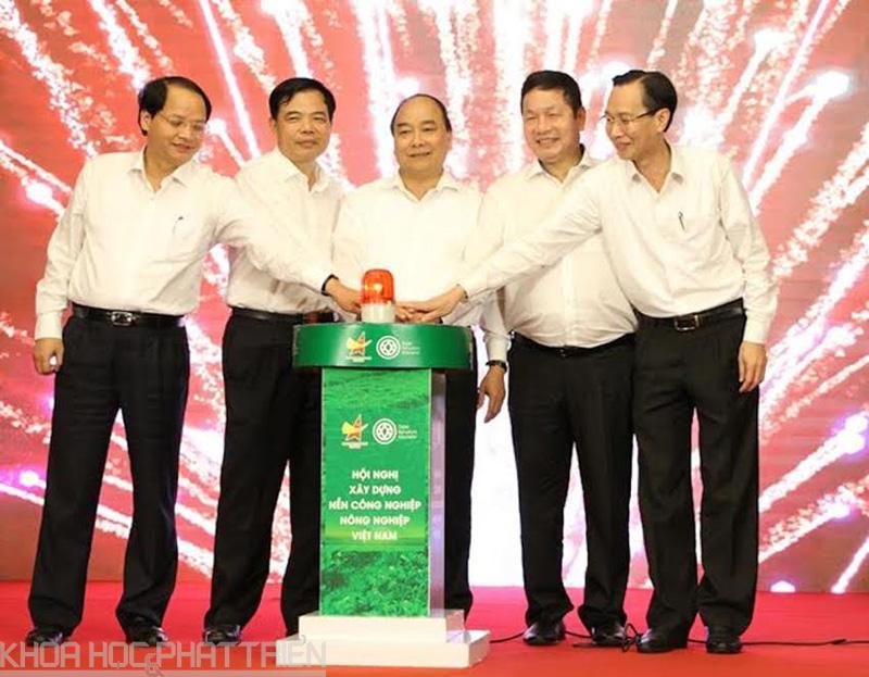 Thủ tướng Nguyễn Xuân Phúc cùng lãnh đạo các bộ ngành nhấn nút