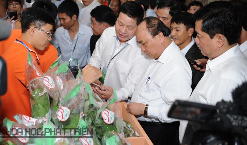 Thủ tướng Nguyễn Xuân Phúc tham quan các gian hàng nông nghiệp tại Hội nghị
