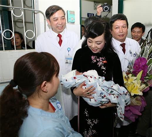Bộ trưởng thăm em bé đầu tiên chào đời nhờ mang thai hộ