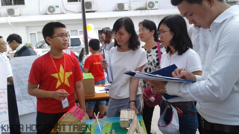 Các em tự tin thuyết trình ý tưởng sáng tạo của mình trước ban giám khảo cuộc thi