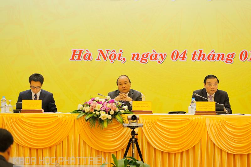 Thủ tướng Chính phủ Nguyễn Xuân Phúc, Phó Thủ tướng Chính phủ Vũ Đức Đam và Bộ trưởng Bộ KH&CN Chu Ngọc Anh cùng chủ trì hội nghị. Ảnh: Loan Lê.