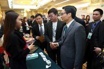 Phó Thủ tướng Vũ Đức Đam và các đại biểu tham quan gian hàng tại Ngày hội khởi nghiệp đổi mới sáng tạo Việt Nam - TECHFEST Vietnam . Ảnh: VGP/Đình Nam